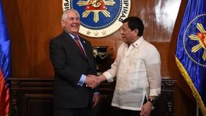 El presidente de Filipinas, Rodrigo Duterte, recibe al secretario de Estado de EEUU, Rex Tillerson.