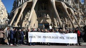 Els veïns de la Sagrada Família es manifesten davant del temple