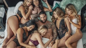La imagen de Maluma rodeado de chicas semidesnudas, uno de los últimos focos de polémica del cantante colombiano.