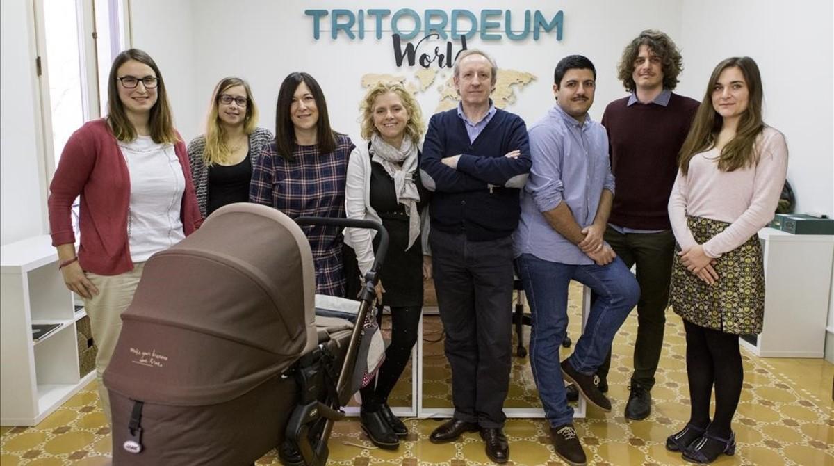 Desde la izquierda, Verónica Guerra, Lucile Gauchet, Silvia Rosell (con el cochecito de su hija), Pilar Barceló, Paul Lazzeri, F. Xavier Alonso, Giulio Cappadona y Anna Prevosto.