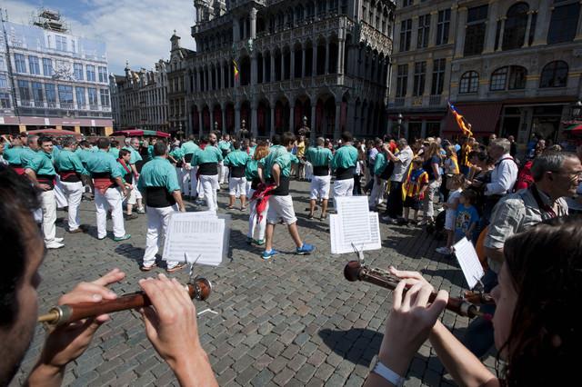 Els Castellers de Vilafranca aplegats a la Grand-Place de Brussel·les.
