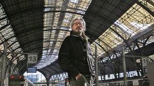 El escultor Jordi Díez, en la estación de França.