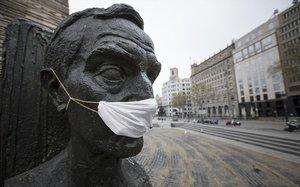 Estatua de Francesc Macià en la plaza de Catalunya con una mascarilla por el coronavirus.