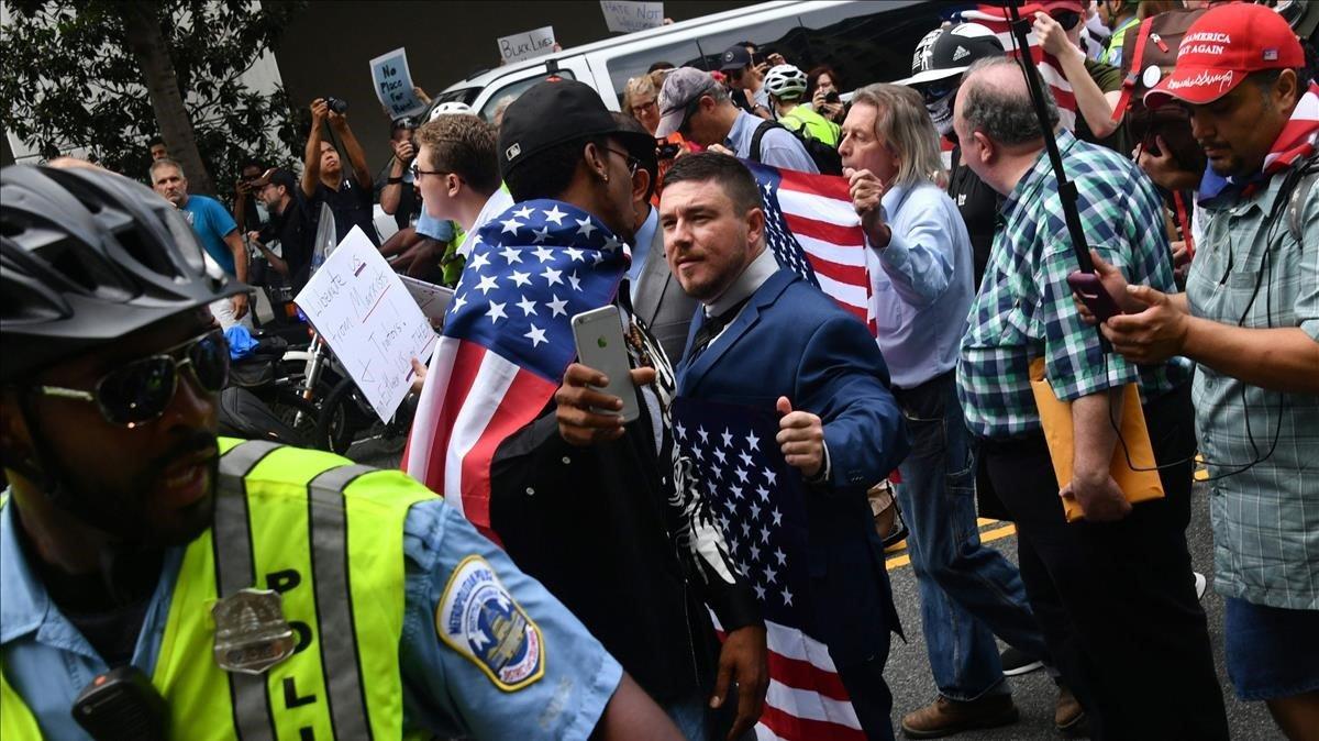 La policía protege al dirigente de la extrema derechaJason Kessler en un protestade los radicales en Washington, en agosto del 2018.