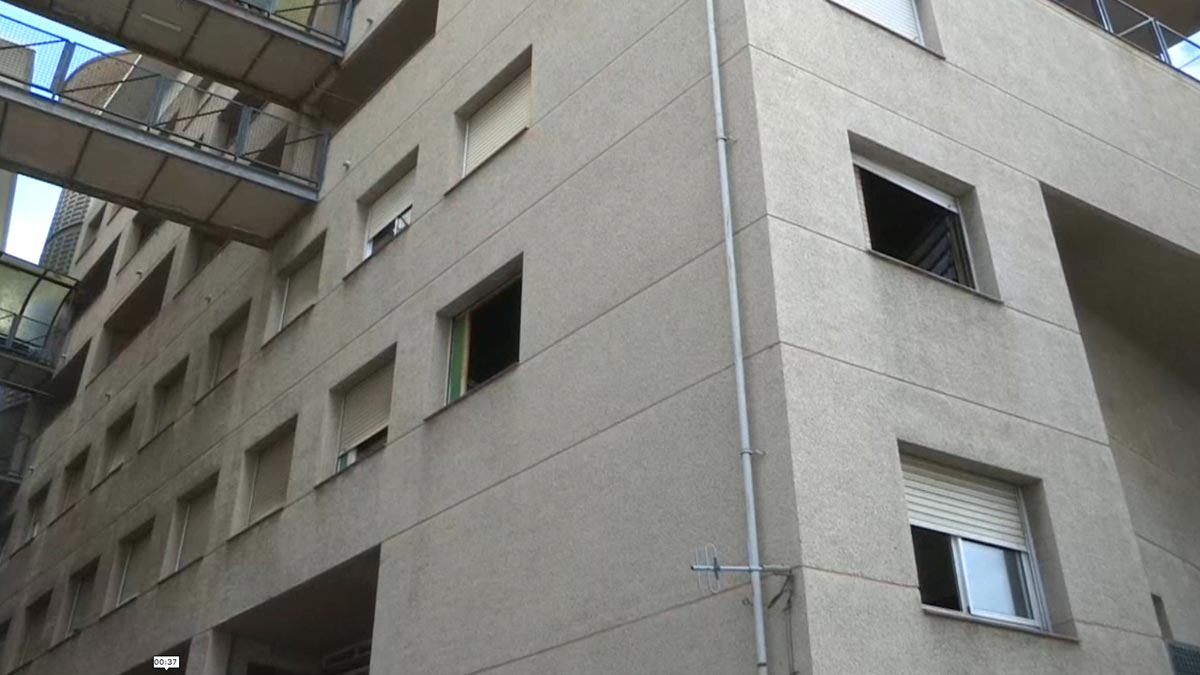 Fallece una mujer en un incendio en la Zona Franca de Barcelona.