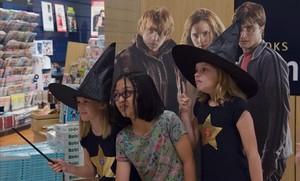 Fans deHarry Potter, la noche del sábado al domingo en Singapur, celebrando el lanzamiento mundial del nuevo libro de la saga del niño mago.