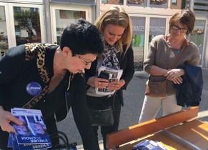 La lepenista Sonia Lauvard (en el centro) reparte folletos electorales junto a otras dos miembros del Frente Nacional.
