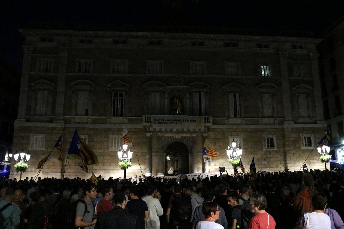 Unes 2.000 persones es concentren a la plaça de Sant Jaume contra la presó dels set membres dels CDR