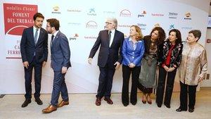 La foto oficial de Foment con SánchezLlibre, tres ministras y la delegada del Gobierno y ala derecha, Aragonès y Calvet.
