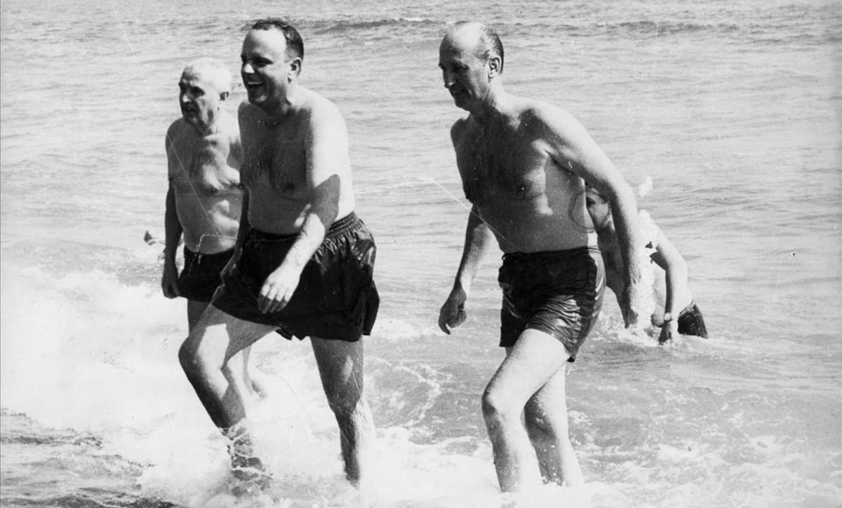 Fraga Iribarne (centro) bañándose en Palomares, en 1966.