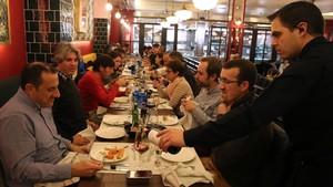Cena de grupo en un restaurante del paseo de Gràcia.