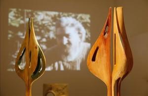 'Personatge', el mismo título para dos de las tallas de madera que lucen en la muestra.
