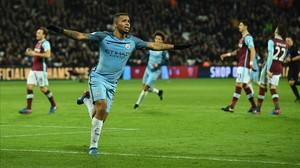 Gabriel Jesús celebra su primer gol con el City en la Liga inglesa.
