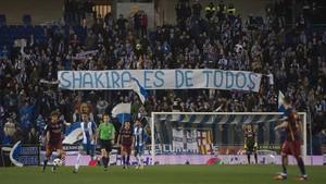 La grada de Cornellà muestra una pancarta alusiva a Shakira en un derbi en enero del 2016.