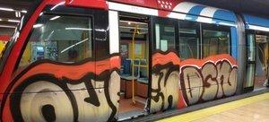 Trendel Metro de Madrid pintado por grafiteros.