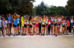 El grupo alevín femenino sub-12 del CAG en la línea de salida