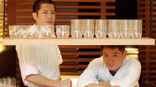 Hikeki (Izquierda) y Sam, chefs del restaurante japonés Koy Khunka de la calle Copons. Foto: DANNY CAMINAL.