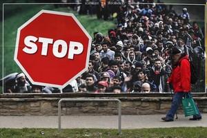 Un hombre, junto a un cartel contra la inmigración, ayer en Budapest.