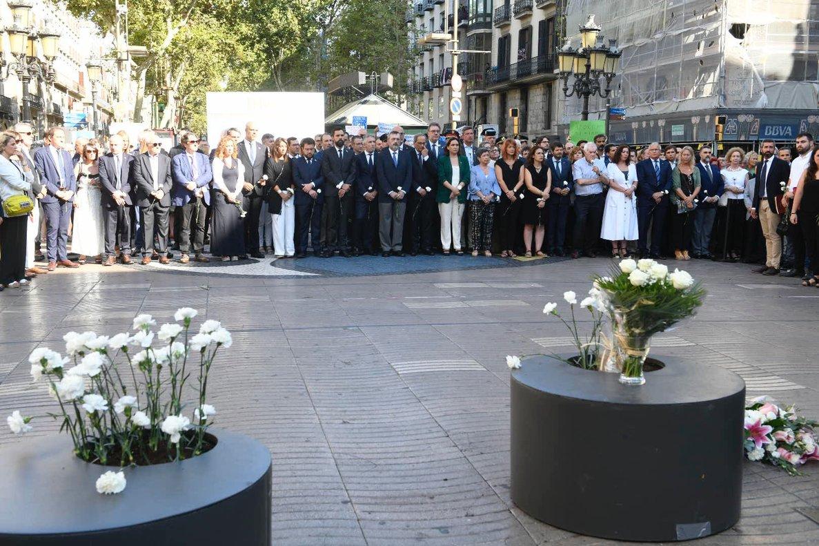 Homenaje a las víctimas de los atentados de Las Ramblas de Barcelona y Cambrils, en su segundo aniversario, con las autoridades al fondo.