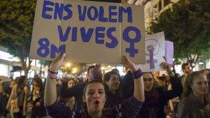 Una jovenmanifestándose el 8 de marzo, día internacional de la mujer.