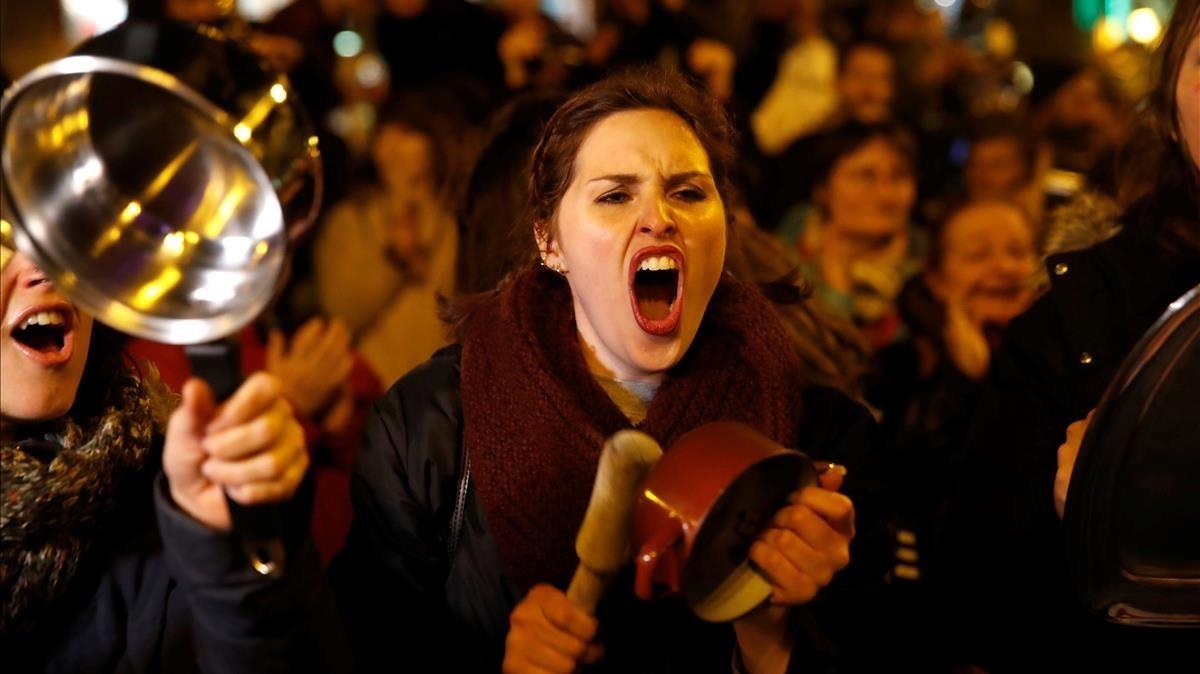 Cacerolada en la Puerta del Sol de Madrid como pistoletazo de salida de la huelga feminista del 8 de Marzo.