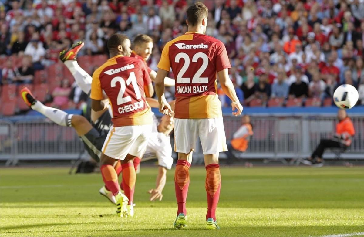 Ibrahimovic remata de volea en la acción de su primer gol con el United.