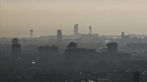 La característica boina de contaminación de Barcelona durante un episodio anticiclónico intenso en febrero del 2013.