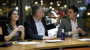 AlbertRivera, Matías Alonso e InésArrimadas, durante la reunión del comite ejecutivo de Ciudadanos celebrado tras las elecciones del 20-D.