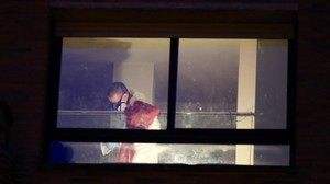 Un agente inspecciona la vivienda donde ha muerto el menor.