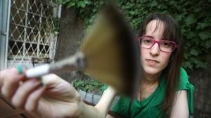 Mireia –NekoASMRen Youtube–toca la cámara con un pincel, como suele hacer en sus vídeos para provocar ASMR. Tiene 21.000 suscriptores.