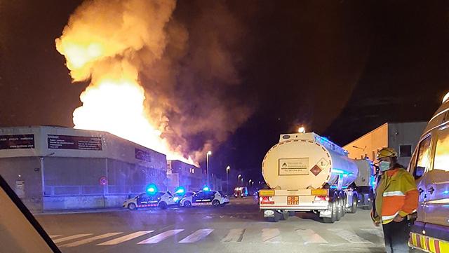 Imágenes del incendio en la fábrica de motocicletas Silence, en el Polígono Industrial El Pla, situado en Molins de Rei, este miércoles