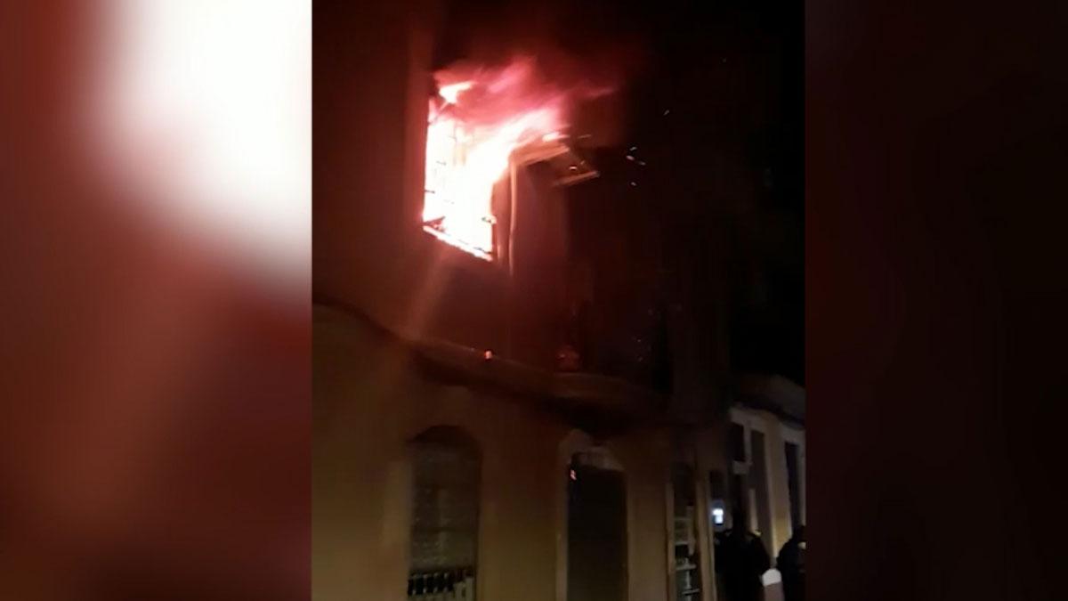 Incendio en un piso de Barcelona con un hombre atado en su interior.