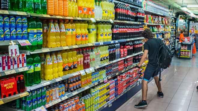 La inflación sube al 0,5 % en julio por alimentos y bebidas no alcohólicas. En la foto, un supermercado del Eixample de Barcelona.