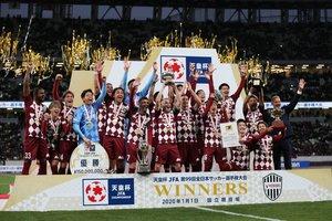 Iniesta levanta la Copa del Emperador en Japón tras la victoria del Vissel Kobe sobre el Kashima.