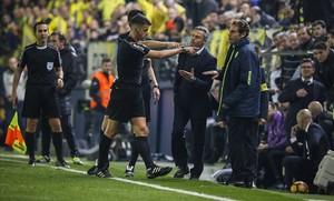 Instante en el que Fran Escribá, técnico del Villarreal, protesta a Gil Manzano por su expulsión