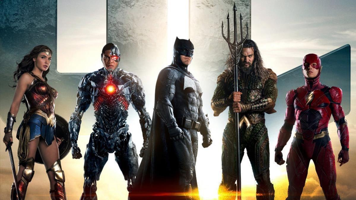 De izquierda a derecha, Wonder Woman, Cyborg, Batman, Aquaman y Flash, en una imagen promocional de 'Liga de la Justicia'