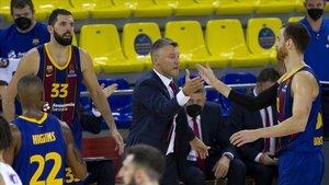 Jasikevicius choca la mano con Claver en el partido ante el CSKA