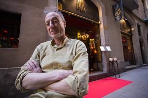 Jaume Pla, delante de su restaurante, en Bellafila, 5.