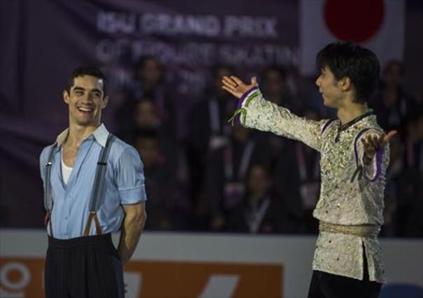 Javier Fernández, izquierda, y Yuzuru Hanyu, tras obtener este último el oro del ISU Grand Prix.