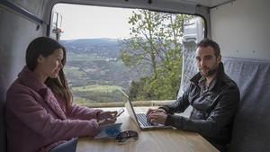 Fernández y su novia, Elvina Mirsaitova, en la furgoneta adaptada.