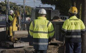 Operarios trabajan para mejorar la ventilación del alcantarillado en la calle de Eduard Maristany, cerca del Fòrum.