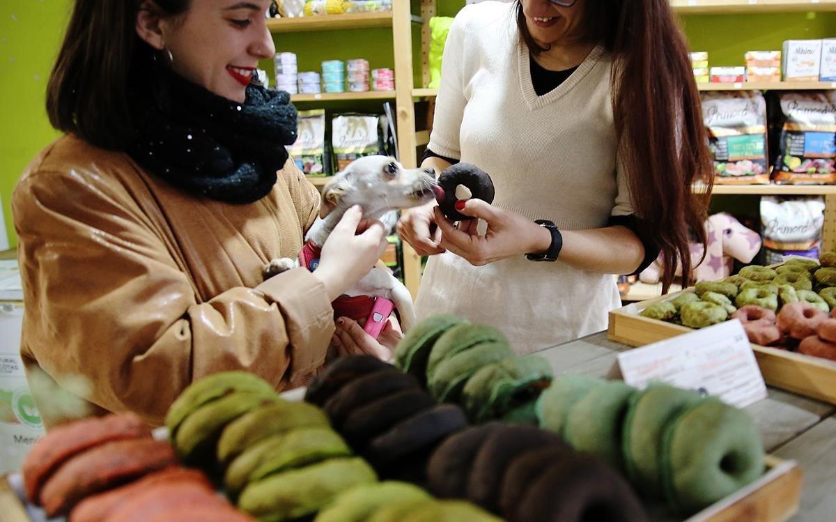 Lucy del Vacchio, la dueña de la pastelería canina Snouts, da a probar un dognut a una tocaya chihuahua.