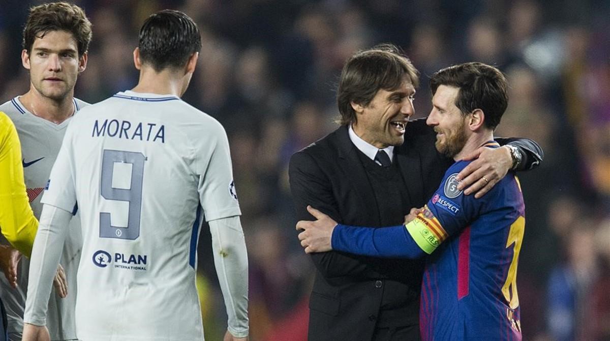 Conte, entrenador del Chelsea, felicita a Messi, al acabar el partido en el Camp Nou.