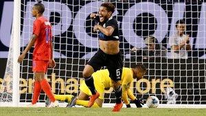 Jonathan Dos Santos celebra un gol con la camiseta de México
