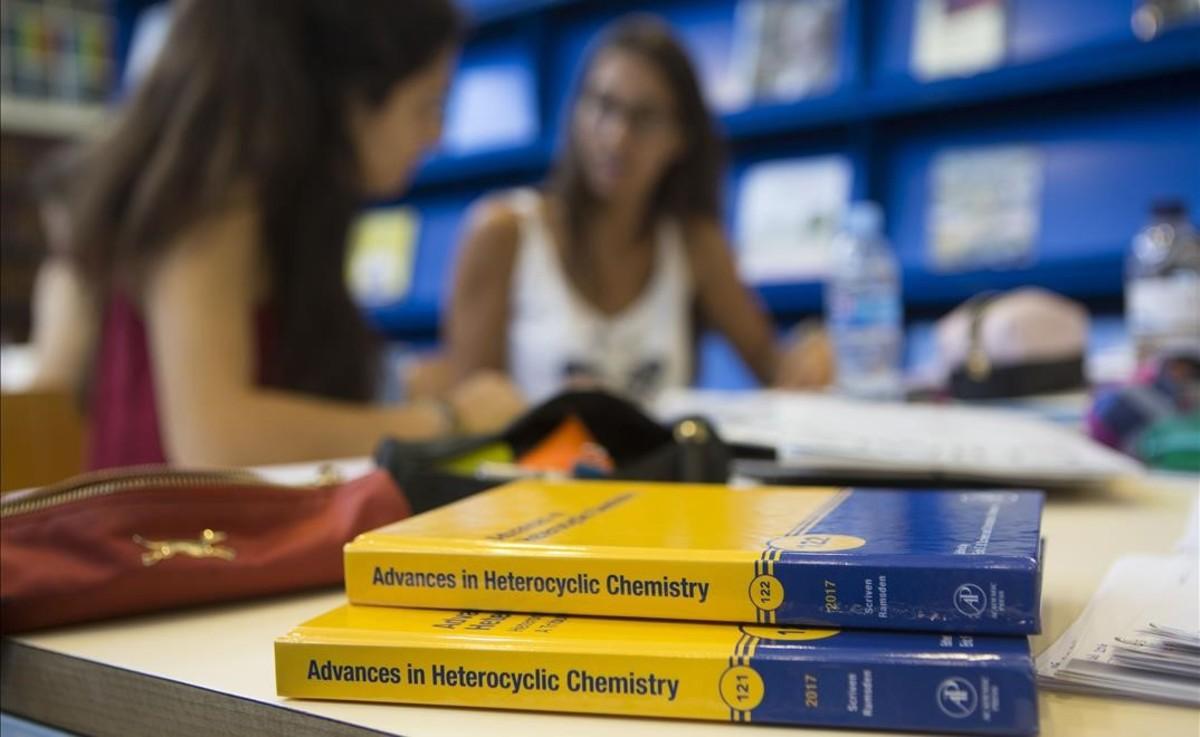 Estudiantes de Química de la Universitat de Barcelona en la biblioteca de su facultad.