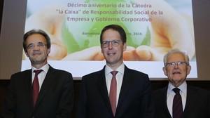Jordi Gual (izquierda), presidente de CaixaBank,Franz Heukamp,director general del IESE, yAntonio Argandona, titular de la Cátedra La Caixa.