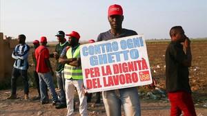 Un jornalero africano, durante la protesta por las pésimas condiciones de trabajo, en Foggia.