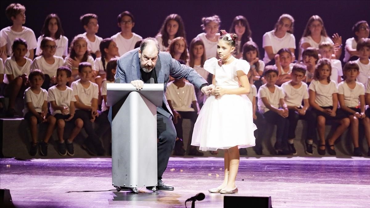 Josep Maria Pou con la joven actriz Nonna Cardoner.