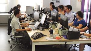Jóvenes emprendedores trabajan en start-ups.