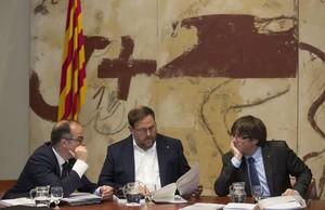 El portavoz del Govern, Jordi Turull, el vicepresident Oriol Junqueras y el president, Carles Puigdemont.